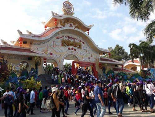 Người dân Hà Nội - Sài Gòn chen chúc đông nghẹt trong công viên ngày nghỉ lễ 30/4 - Ảnh 11