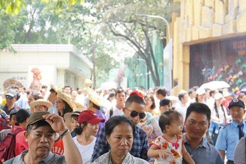 Người dân Hà Nội - Sài Gòn chen chúc đông nghẹt trong công viên ngày nghỉ lễ 30/4 - Ảnh 12