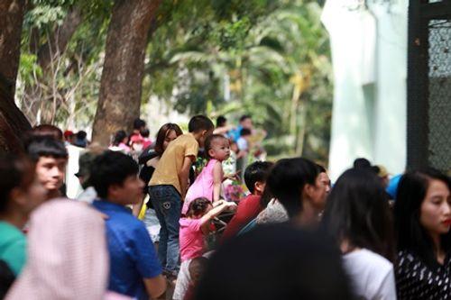 Người dân Hà Nội - Sài Gòn chen chúc đông nghẹt trong công viên ngày nghỉ lễ 30/4 - Ảnh 2