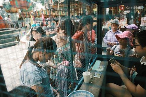 Người dân Hà Nội - Sài Gòn chen chúc đông nghẹt trong công viên ngày nghỉ lễ 30/4 - Ảnh 5