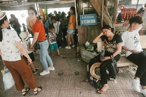 Người dân Hà Nội - Sài Gòn chen chúc đông nghẹt trong công viên ngày nghỉ lễ 30/4 - Ảnh 6
