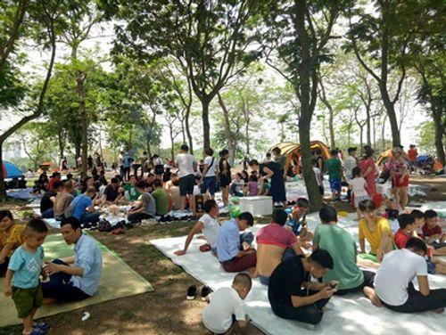 Người dân Hà Nội - Sài Gòn chen chúc đông nghẹt trong công viên ngày nghỉ lễ 30/4 - Ảnh 7