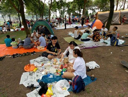Người dân Hà Nội - Sài Gòn chen chúc đông nghẹt trong công viên ngày nghỉ lễ 30/4 - Ảnh 8