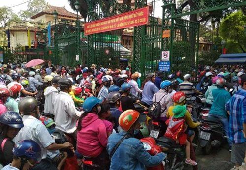 Người dân Hà Nội - Sài Gòn chen chúc đông nghẹt trong công viên ngày nghỉ lễ 30/4 - Ảnh 9