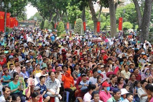 Người dân Hà Nội - Sài Gòn chen chúc đông nghẹt trong công viên ngày nghỉ lễ 30/4 - Ảnh 10