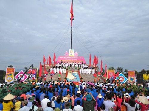Lễ Thượng cờ trong ngày hội Thống nhất non sông bên cầu Hiền Lương - Ảnh 1