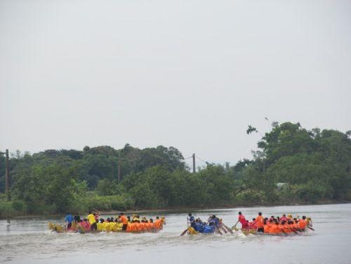 Lễ Thượng cờ trong ngày hội Thống nhất non sông bên cầu Hiền Lương - Ảnh 2