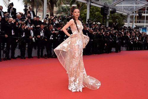 """Lý Nhã Kỳ """"nhuộm da nâu"""", quyến rũ hút hồn trên thảm đỏ Cannes ngày thứ 2 - Ảnh 5"""