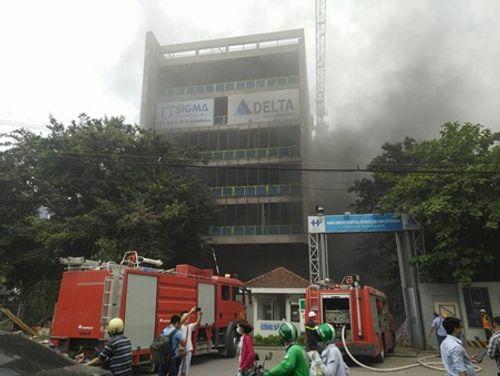 Hà Nội: Cháy công trình thuộc bệnh viện Việt - Pháp, công nhân thi nhau tháo chạy - Ảnh 1