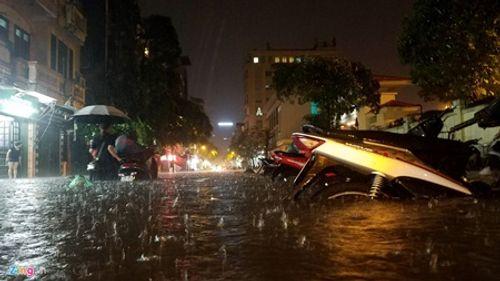 Hà Nội: Mưa lớn gây ngập lụt trên nhiều tuyến phố - Ảnh 4