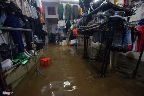 Hà Nội: Mưa lớn gây ngập lụt trên nhiều tuyến phố - Ảnh 5