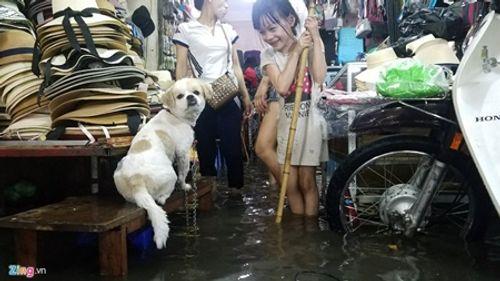 Hà Nội: Mưa lớn gây ngập lụt trên nhiều tuyến phố - Ảnh 6