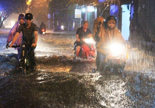 Hà Nội: Mưa lớn gây ngập lụt trên nhiều tuyến phố - Ảnh 1