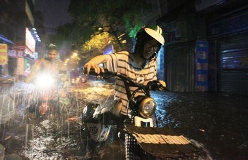 Hà Nội: Mưa lớn gây ngập lụt trên nhiều tuyến phố - Ảnh 2