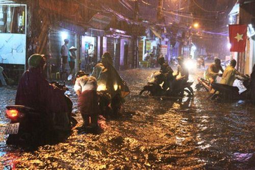 Hà Nội: Mưa lớn gây ngập lụt trên nhiều tuyến phố - Ảnh 3