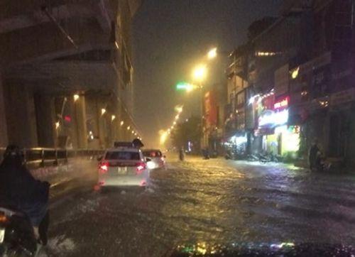 Hà Nội: Mưa lớn gây ngập lụt trên nhiều tuyến phố - Ảnh 8
