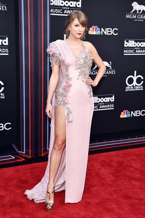 Taylor Swift tái xuất thảm đỏ Billboard Music Awards, chụp hình thân mật cùng BTS - Ảnh 1