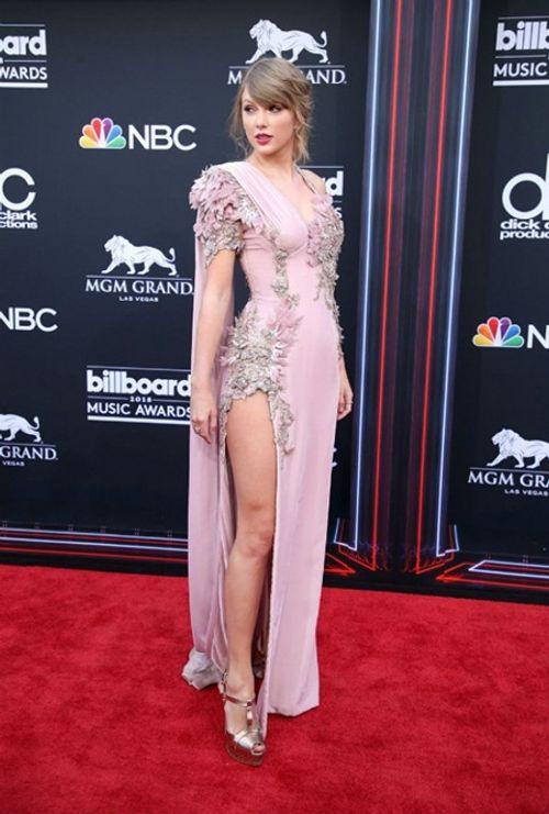 Taylor Swift tái xuất thảm đỏ Billboard Music Awards, chụp hình thân mật cùng BTS - Ảnh 2