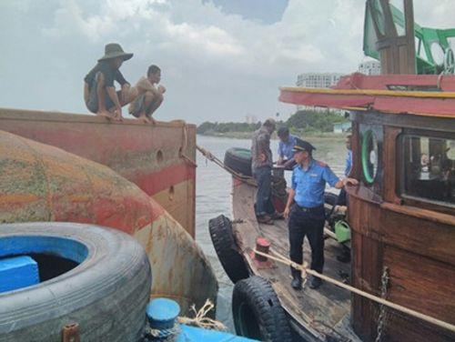 Đang dỡ hàng lên bờ, sà lan 1200 tấn bất ngờ lật úp trên sông Sài Gòn - Ảnh 2