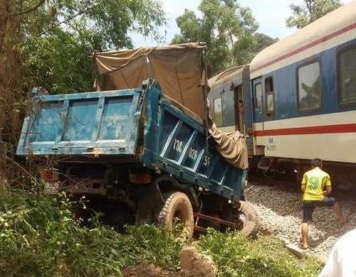 Xe tải nát đầu vì va chạm mạnh với tàu hỏa, 2 người nhập viện - Ảnh 1