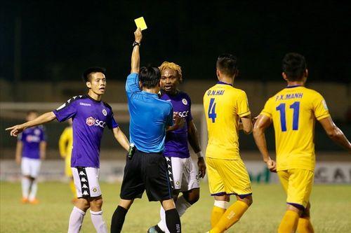 Chân sút chủ lực của Hà Nội FC - Oseni lĩnh án phạt vì đánh nguội cầu thủ SLNA - Ảnh 1