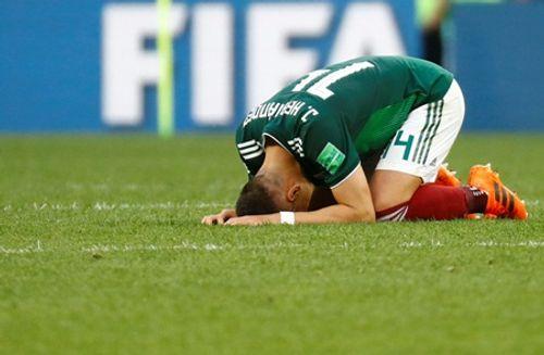 World Cup 2018: Chicharito khóc nức nở trên sân sau khi thắng Đức - Ảnh 1