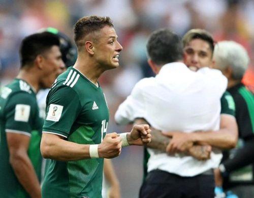 World Cup 2018: Chicharito khóc nức nở trên sân sau khi thắng Đức - Ảnh 6