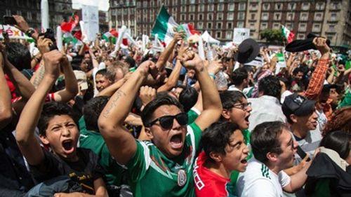 """Thắng Đức tại World Cup 2018, CĐV Mexico ăn mừng cuồng nhiệt gây """"địa chấn"""" - Ảnh 4"""