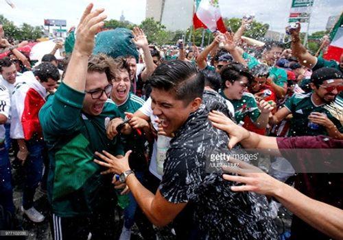 """Thắng Đức tại World Cup 2018, CĐV Mexico ăn mừng cuồng nhiệt gây """"địa chấn"""" - Ảnh 5"""