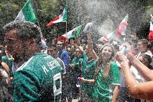 """Thắng Đức tại World Cup 2018, CĐV Mexico ăn mừng cuồng nhiệt gây """"địa chấn"""" - Ảnh 6"""