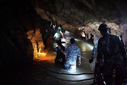 Đội cứu hộ chỉ còn cách đội bóng Thái Lan mắc kẹt trong hang 2km - Ảnh 1