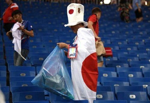 World Cup 2018: CĐV Nhật Bản vừa rơi lệ vừa dọn rác trên khán đài - Ảnh 5