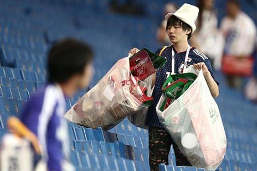 World Cup 2018: CĐV Nhật Bản vừa rơi lệ vừa dọn rác trên khán đài - Ảnh 6