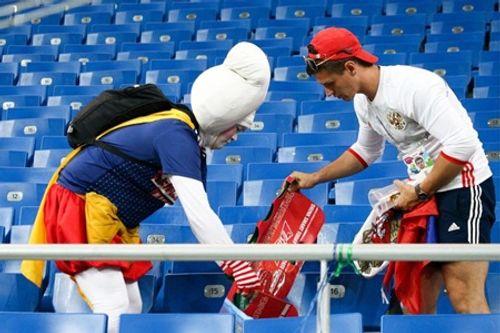 World Cup 2018: CĐV Nhật Bản vừa rơi lệ vừa dọn rác trên khán đài - Ảnh 7