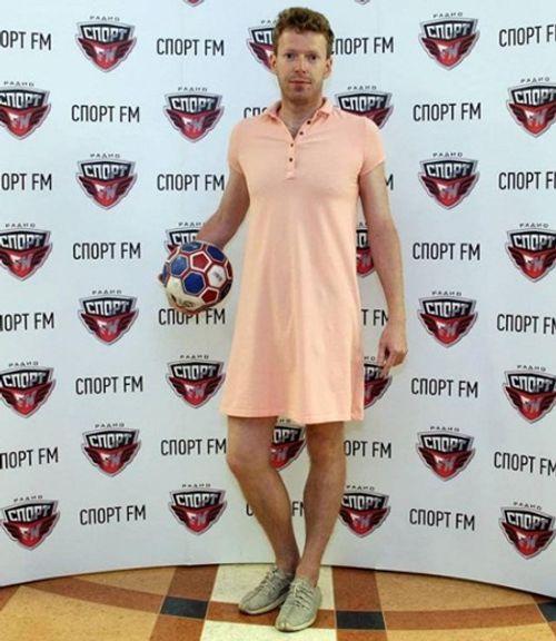 Nam phát thanh viên Nga mặc váy đi làm mừng đội nhà vào Tứ kết World Cup 2018 - Ảnh 1