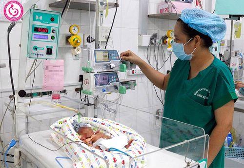 Cứu sống bé gái sinh non 25 tuần, nặng 740 gram - Ảnh 1