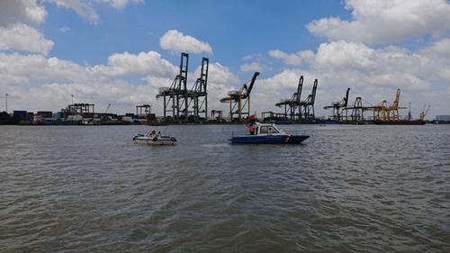 Tìm thấy thi thể 2 nạn nhân mất tích trong vụ chìm sà lan trên sông Sài Gòn - Ảnh 1