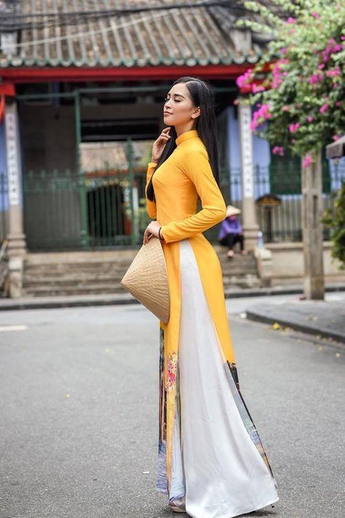 Vẻ duyên dáng trong tà áo dài của Hoa hậu Tiểu Vy ở quê nhà Hội An - Ảnh 1