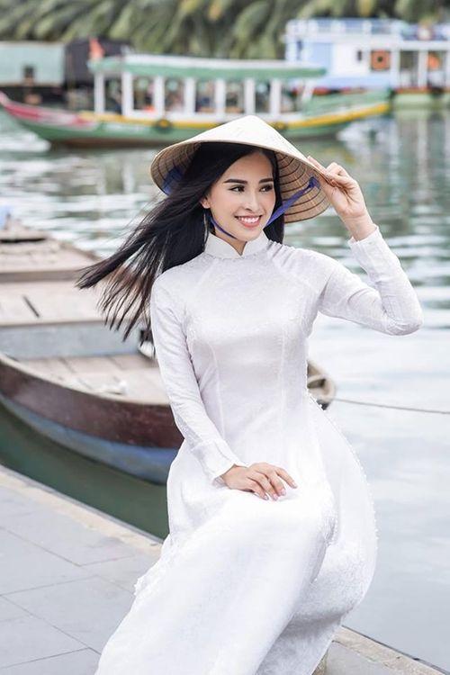 Vẻ duyên dáng trong tà áo dài của Hoa hậu Tiểu Vy ở quê nhà Hội An - Ảnh 8