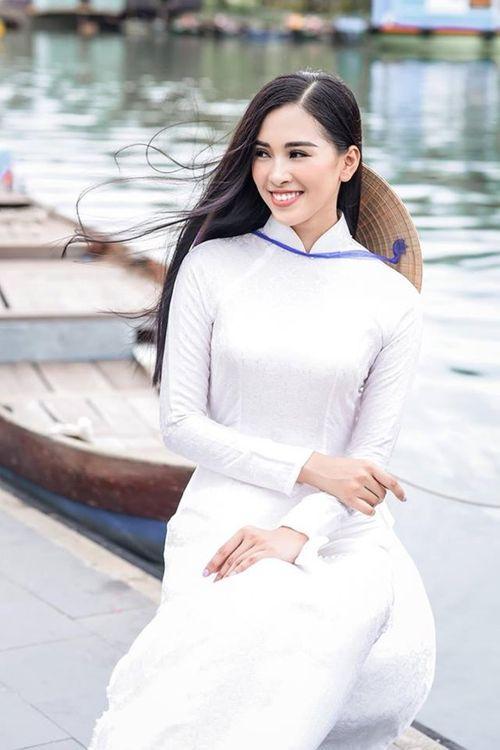 Vẻ duyên dáng trong tà áo dài của Hoa hậu Tiểu Vy ở quê nhà Hội An - Ảnh 9