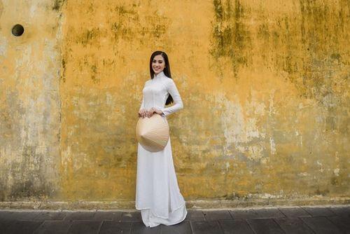 Vẻ duyên dáng trong tà áo dài của Hoa hậu Tiểu Vy ở quê nhà Hội An - Ảnh 4