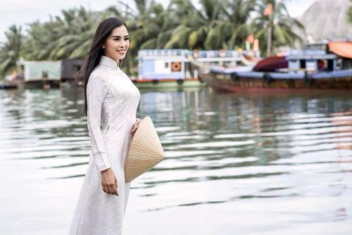 Vẻ duyên dáng trong tà áo dài của Hoa hậu Tiểu Vy ở quê nhà Hội An - Ảnh 5