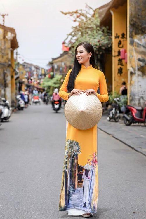 Vẻ duyên dáng trong tà áo dài của Hoa hậu Tiểu Vy ở quê nhà Hội An - Ảnh 2