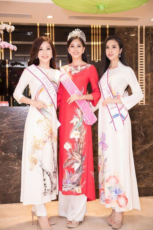 Top 3 Hoa hậu Việt Nam 2018 liên tục thay trang phục, tất bật đi giao lưu - Ảnh 3