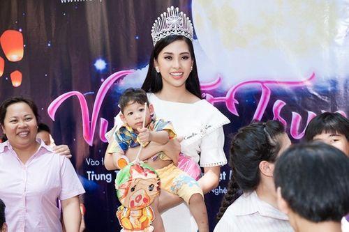 Top 3 Hoa hậu Việt Nam 2018 mang trung thu sớm đến với trẻ mồ côi - Ảnh 3