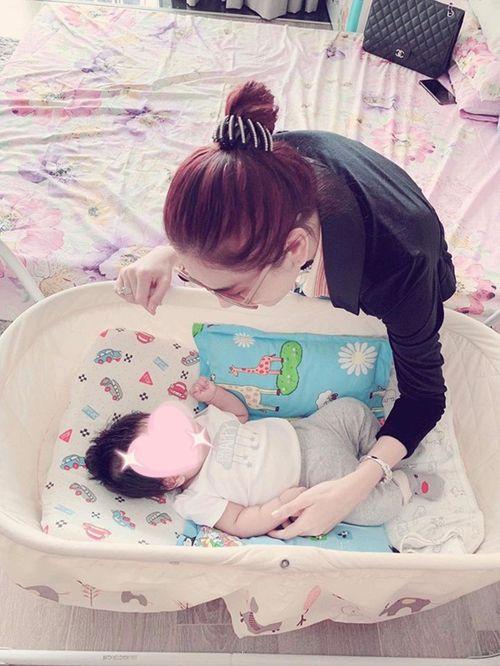 Lâm Khánh Chi tiết lộ ảnh con trai sinh bằng phương pháp mang thai hộ - Ảnh 2
