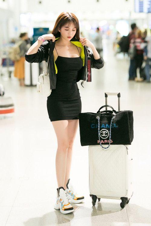 Ngọc Trinh diện váy bó sát khoe trọn đường cong tại sân bay - Ảnh 1