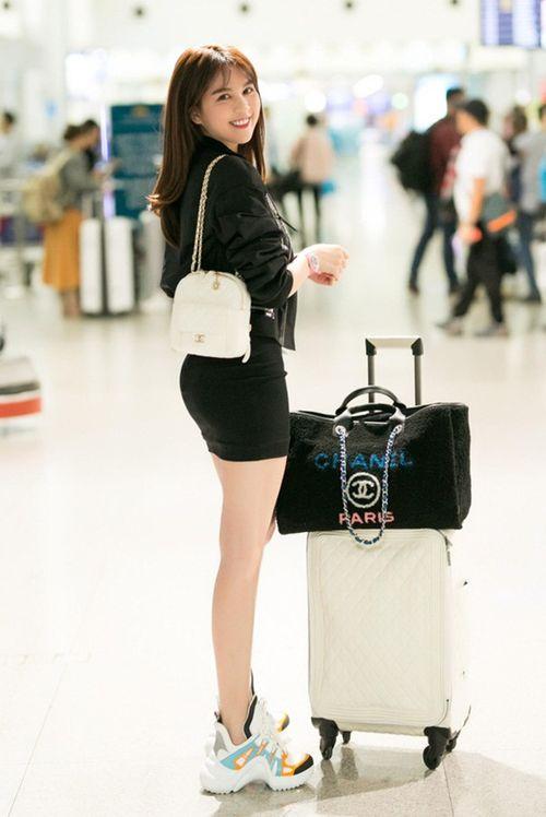 Ngọc Trinh diện váy bó sát khoe trọn đường cong tại sân bay - Ảnh 3