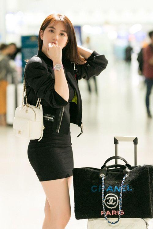 Ngọc Trinh diện váy bó sát khoe trọn đường cong tại sân bay - Ảnh 2
