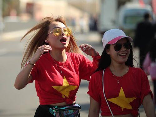 Ngắm dàn mỹ nữ khoe sắc trên khán đài trận Việt Nam - Iran - Ảnh 2